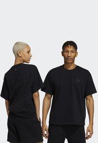 adidas Originals - PHARRELL TEE - T-shirt med print - black - 4