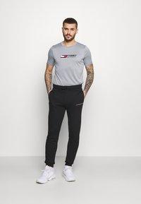 Tommy Hilfiger - ESSENTIALS TRAINING TEE - T-shirt con stampa - grey - 1