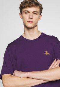 Vivienne Westwood - OVERSIZE - T-shirt basic - purple - 3