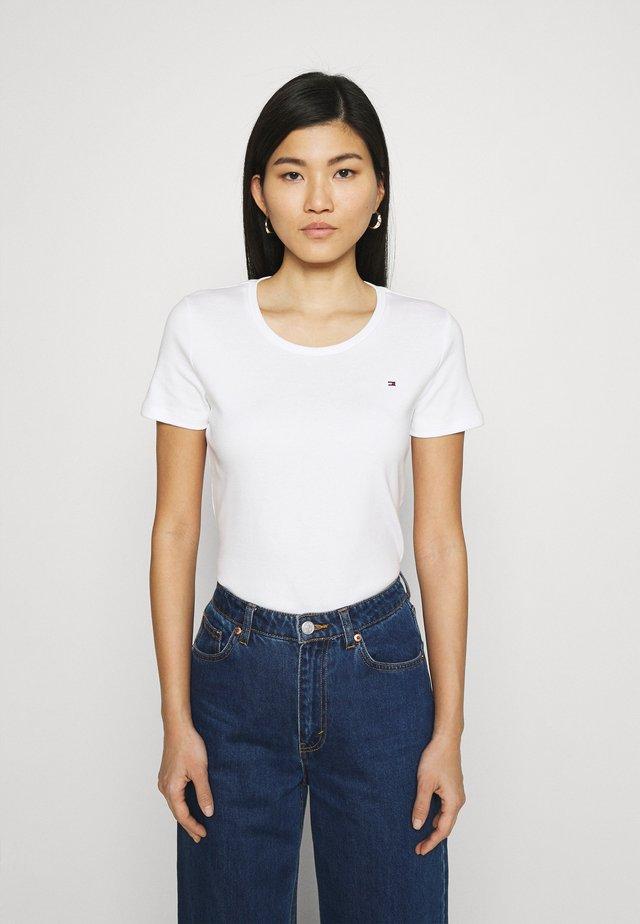 SLIM ROUND NECK - Jednoduché triko - white