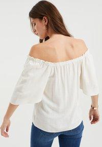 WE Fashion - DAMES TOP MET GESMOKTE HALSLIJN - Blouse - white - 2