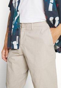 Carhartt WIP - JOHNSON PANT MIDVALE - Pantalones chinos - glaze - 5