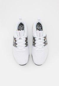 Nike Performance - RENEW IN SEASON TR 10 PRM - Zapatillas de entrenamiento - white/black/light bone/wheat - 3