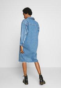 Topshop - LONG LINE SHACKET - Denimové šaty - blue denim - 2