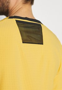 Nike Performance - TRAIL RISE - Print T-shirt - solar flare/silver - 3