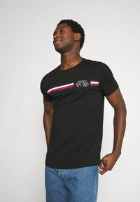 Tommy Hilfiger - CORP SPLIT TEE - T-shirt con stampa - black - 0
