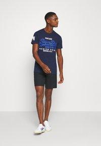 Superdry - TEE - Print T-shirt - midnight blue grit - 1