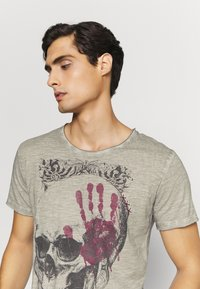 Key Largo - Print T-shirt - silver - 3