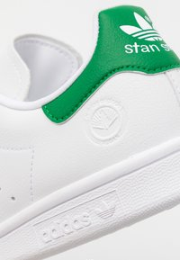 adidas Originals - STAN SMITH VEGAN SPORTS INSPIRED SHOES UNISEX - Trainers - footwear white/green - 7