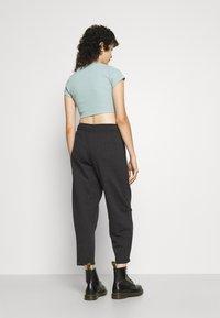 Nike Sportswear - Pantalones deportivos - black heather/white - 2