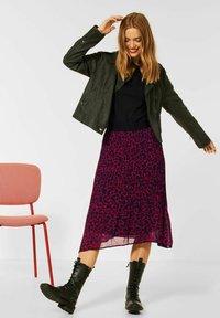 Street One - MIT LEO  - Pleated skirt - rot - 0