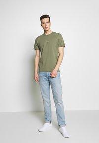 NN07 - ETHAN PRINT TEE  - Basic T-shirt - thyme - 1