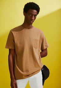 Esprit - Basic T-shirt - camel - 6