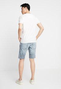 TOM TAILOR DENIM - REGULAR WITH BELT - Denim shorts - blue ecru/white - 2