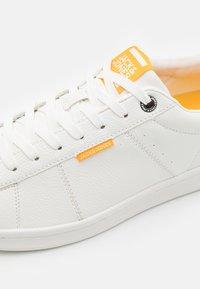 Jack & Jones - JFWBANNA - Sneakers - white/saffron - 5