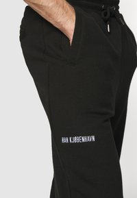 Han Kjøbenhavn - PANTS - Tracksuit bottoms - black - 3