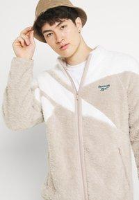 Reebok Classic - VECTOR - Fleece jacket - modern beige - 3