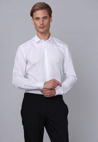 Basics and More - Camicia elegante - white - 4