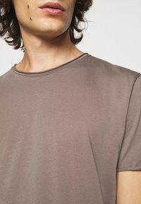 Filippa K - ROLLNECK - Basic T-shirt - dark taupe - 5