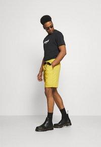 Levi's® - BELTED UTILITY UNISEX - Shorts - yellows/oranges - 1
