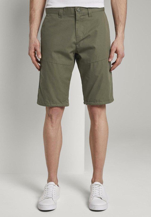 TOM TAILOR HOSEN & CHINO FUNKTIONALE JOSH REGULAR SLIM BERMUDA-S - Shorts - olive night green