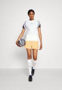 Nike Performance - FC SHORT - Short de sport - melon tint/white/habanero red - 1
