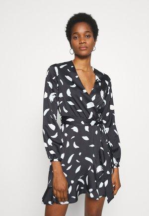 GO PRINTED EROS WRAP DRESS - Sukienka letnia - black