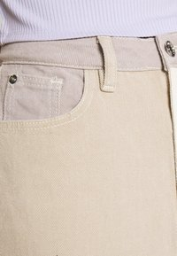 Missguided - NEUTRAL PATCHED RIOT MOM JEAN - Relaxed fit jeans - cream - 6