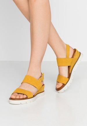 Sandály na platformě - ocre