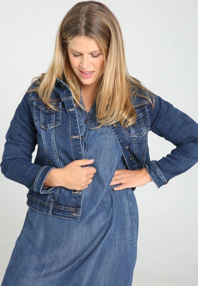 IN DUNKLER WASCHUNG - Kurtka jeansowa - denim