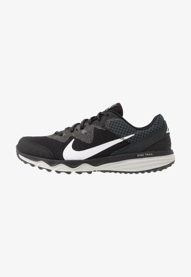 JUNIPER - Běžecké boty do terénu - black/white/dark smoke grey/grey fog