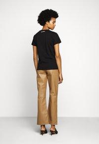 KARL LAGERFELD - PROFILE RHINESTONE TEE - T-shirt z nadrukiem - black - 2