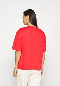 Lacoste - T-shirt print - energy red/white - 2