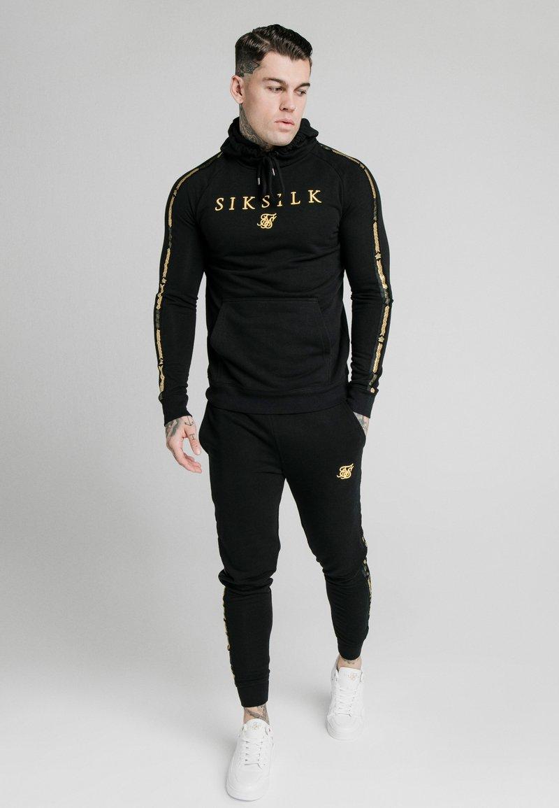 SIKSILK - PRESTIGE - Jersey con capucha - black/gold