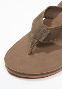 Teva - CLASSIC PREMIUM - Sandály s odděleným palcem - dark earth - 5