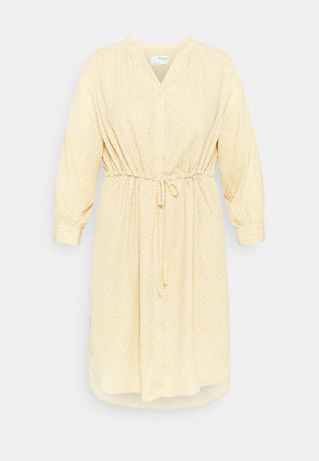 SLFAMINA DRESS CURVE - Robe d'été - sandshell