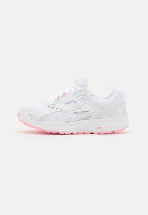 GO RUN CONSISTENT - Zapatillas de running neutras - white/pink