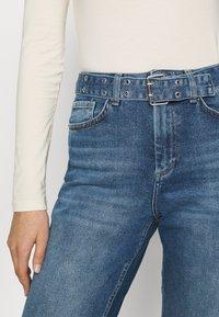 ONLY - ONLVENEDA LIFE MOM BELT - Relaxed fit jeans - dark blue denim - 5