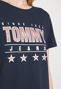 Tommy Jeans - SLIM TEE - T-shirts med print - twilight navy - 5