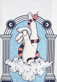 Kaotiko - WASHED HAND SNAKE - Print T-shirt - white - 2