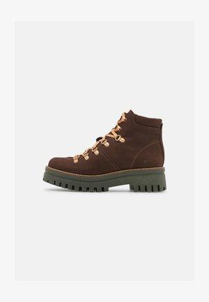 SAVINA - Šněrovací kotníkové boty - brown
