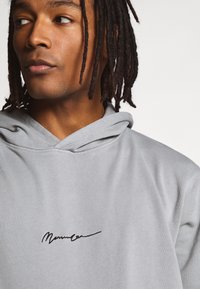 Mennace - ESSENTIAL REGULAR OVERHEAD HOODY WITH SIGNATURE - Felpa con cappuccio - slate grey - 3