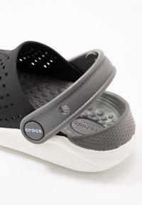 Crocs - LITERIDE  - Sandały kąpielowe - black/white - 2