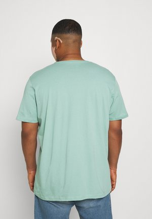PATCH LOGO TEE - Jednoduché triko - granite green