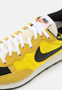 Nike Sportswear - CHALLENGER OG UNISEX - Tenisky - optic yellow/black/bright citron/white/sail - 5