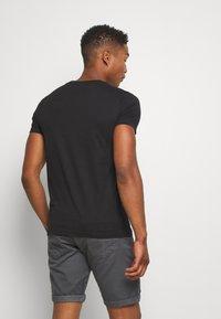 Calvin Klein Jeans - MONOGRAM LOGO SLIM TEE - T-shirt con stampa - black - 2