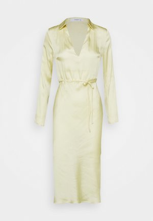STUDIO COLLARED BELTED DRESS - Pouzdrové šaty - soft yellow