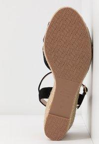 Stuart Weitzman - ROSEMARIE - Korolliset sandaalit - black - 6