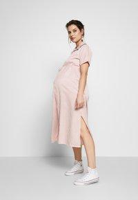 Glamorous Bloom - SHORT SLEEVE MIDI DRESS WITH BELT - Sukienka koszulowa - dusty pink - 1