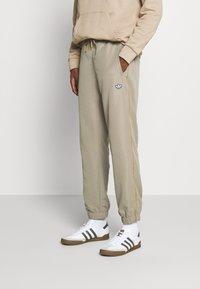 adidas Originals - SAMSTAG  - Pantaloni sportivi - clay - 0
